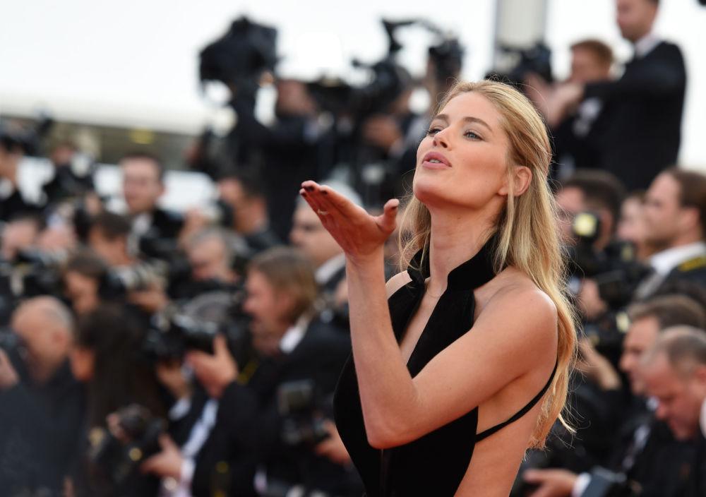 عارضة أزياء داوتسينت كورس على  السجادة الحمراء خلال الفعالية الـ 69 لافتتاح مهرجان كان الفرنسي