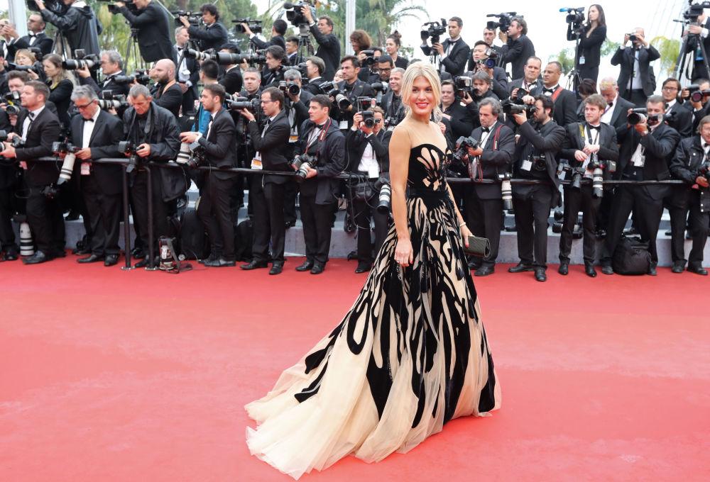 مقدمة برنامج تلفزيوني هوفينغ غولان على  السجادة الحمراء خلال الفعالية الـ 69 لافتتاح مهرجان كان الفرنسي