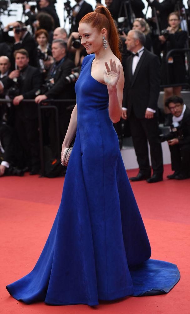 عارضة أزياء باربارا ماير على  السجادة الحمراء خلال الفعالية الـ 69 لافتتاح مهرجان كان الفرنسي