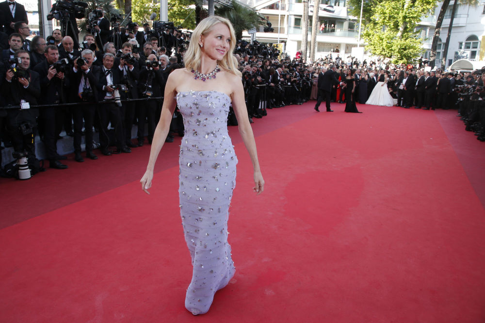 الممثلة هاومي أوتس على  السجادة الحمراء خلال الفعالية الـ 69 لافتتاح مهرجان كان الفرنسي