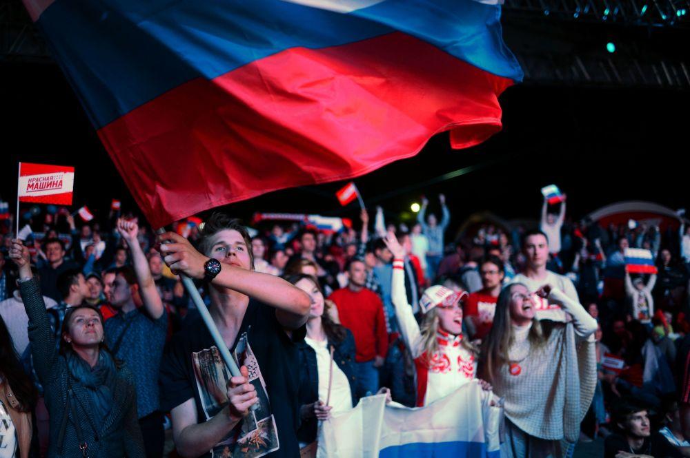 المشجعون الروسي خلال مباراة الهوكي للهواة لعام 2016 في حديقة بارك غورغي بموسكو.