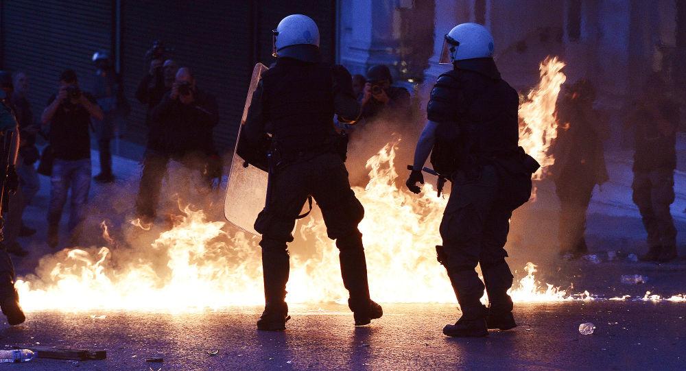 الشرطة اليونانية خلال احتجاجات المتظاهرين على التغيير والاصلاح في أثينا، 8 مايو/ آيار 2016