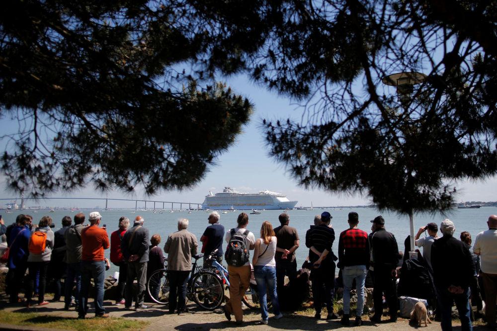 أكبر سفينة سياحية Harmony of the Seas تبحر من ميناء سانت-نزير غرب فرنسا، 15 مايو/ آيار 2016.