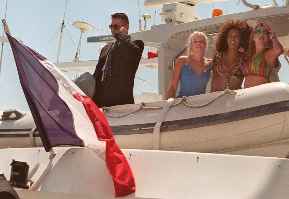 مغنيات فريق Spice Girls على ساحل مدينة كان بفرنسا، مايو/ آيار.