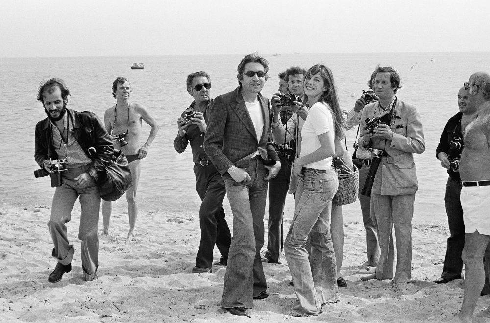 الممثل والمخرج سيرج غينسبرغ وزوجته الممثلة جين بيركين على ساحل مدينة كان بفرنسا، 17 مايو/ آيار 1974.