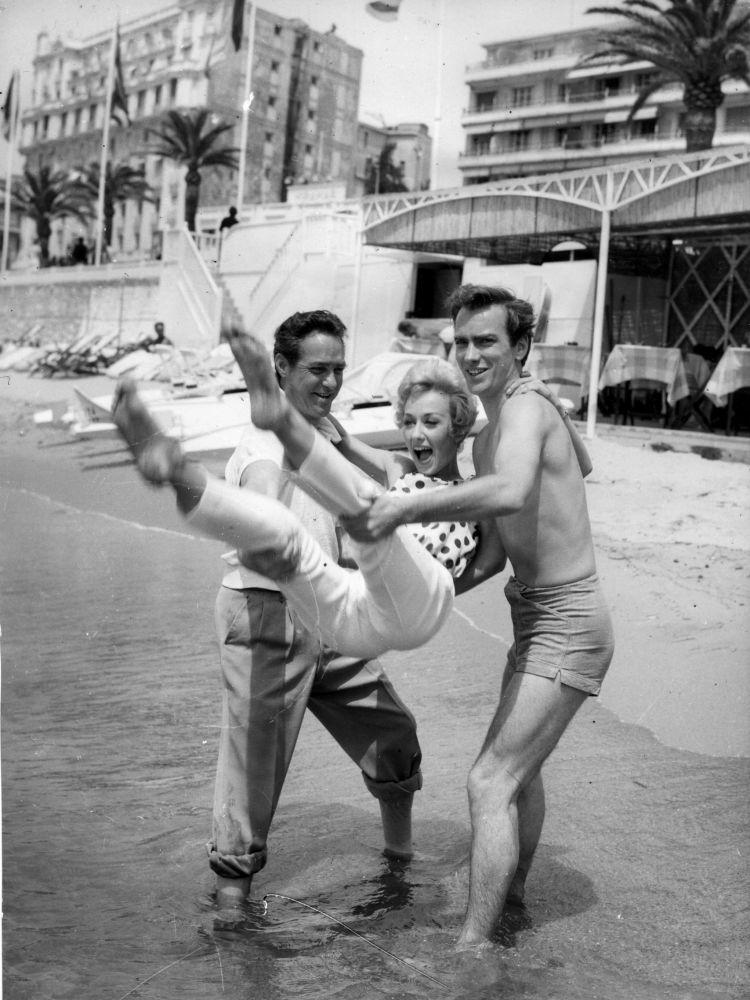 الممثلون ريتشارد تود وكارول ليسلي وجون فريزر على ساحل مدينة كان بفرنسا، 13 مايو/ آيار 1958.
