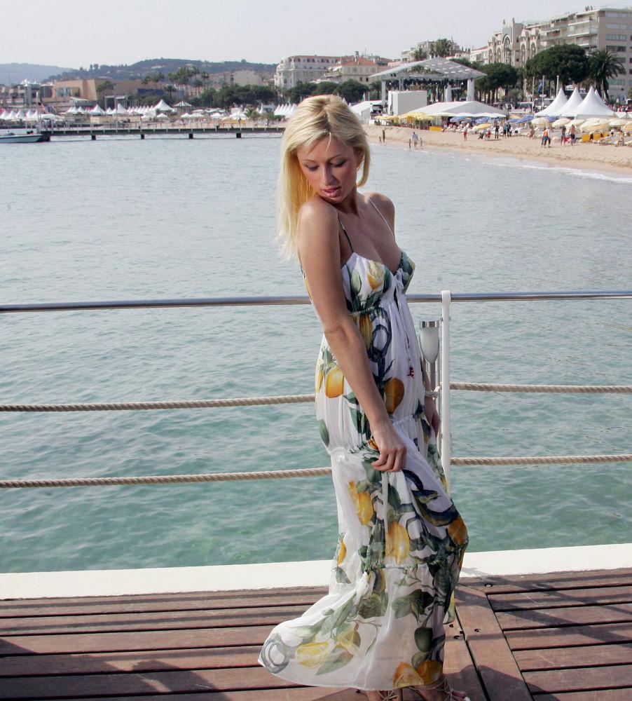 الممثلة باريس هيلتون على ساحل مدينة كان بفرنسا، 13 مايو/ آيار 2005.