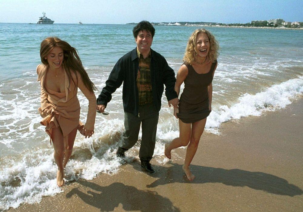 الممثلة بنيلوبا كروز والمخرج بيدرو ألمودوفار والممثلة سيسيليا روت  على ساحل مدينة كان بفرنسا، 18 مايو/ آيار 1999.