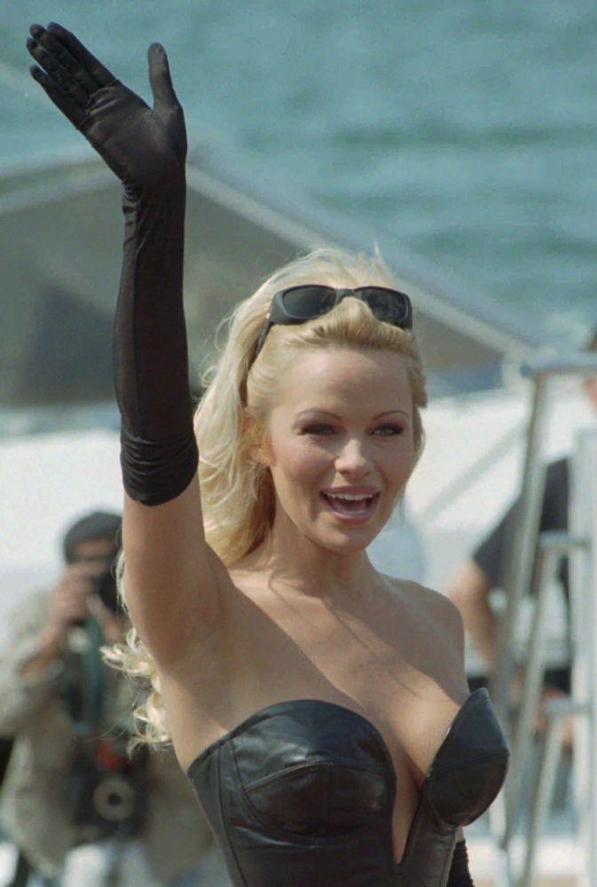 الممثلة باميلا أندرسون على ساحل مدينة كان بفرنسا، 20 مايو/ آيار 1995.