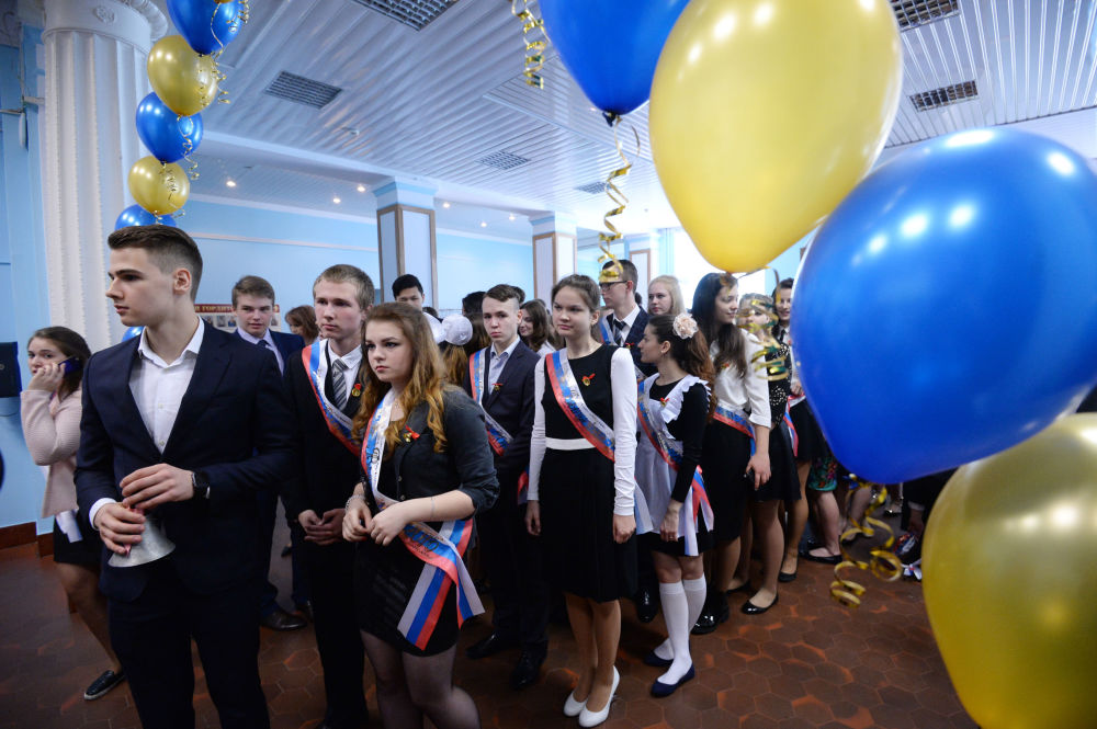 التلاميذ الخريجون من المدرسة رقم 12035 في مدينة موسكو.