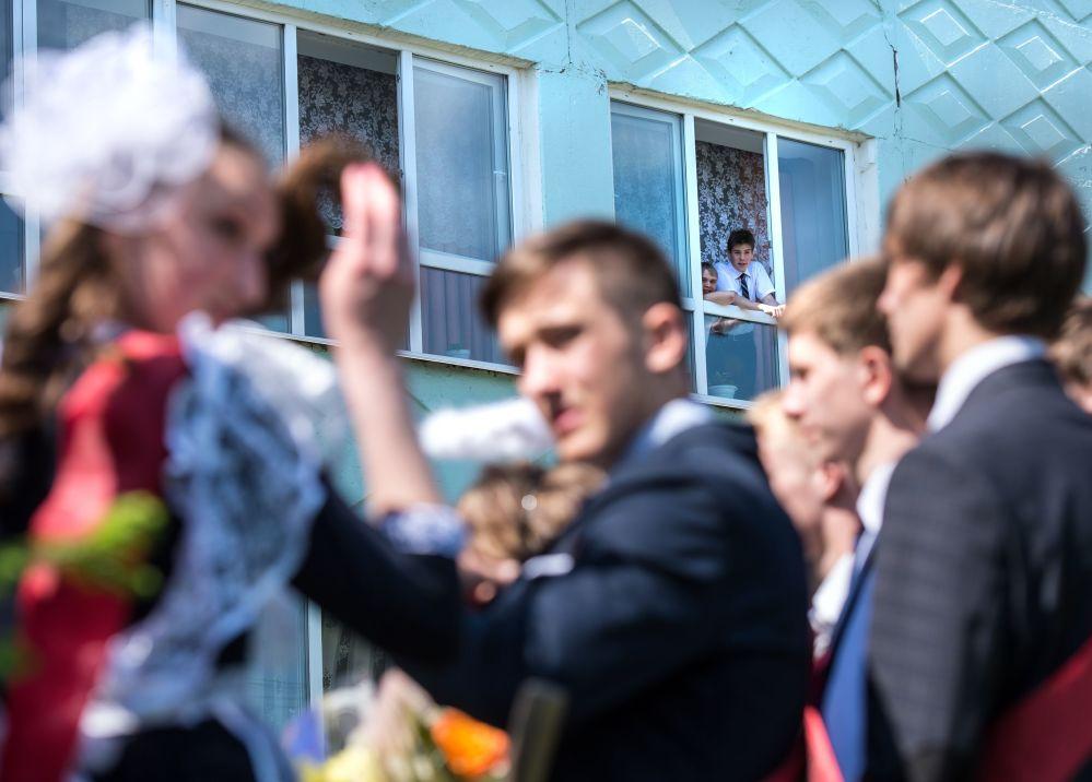 التلاميذ الخريجون من المدرسة رقم 1 باسم أ.لوبوفا في مدينة تارا بمحافظة أومسك.