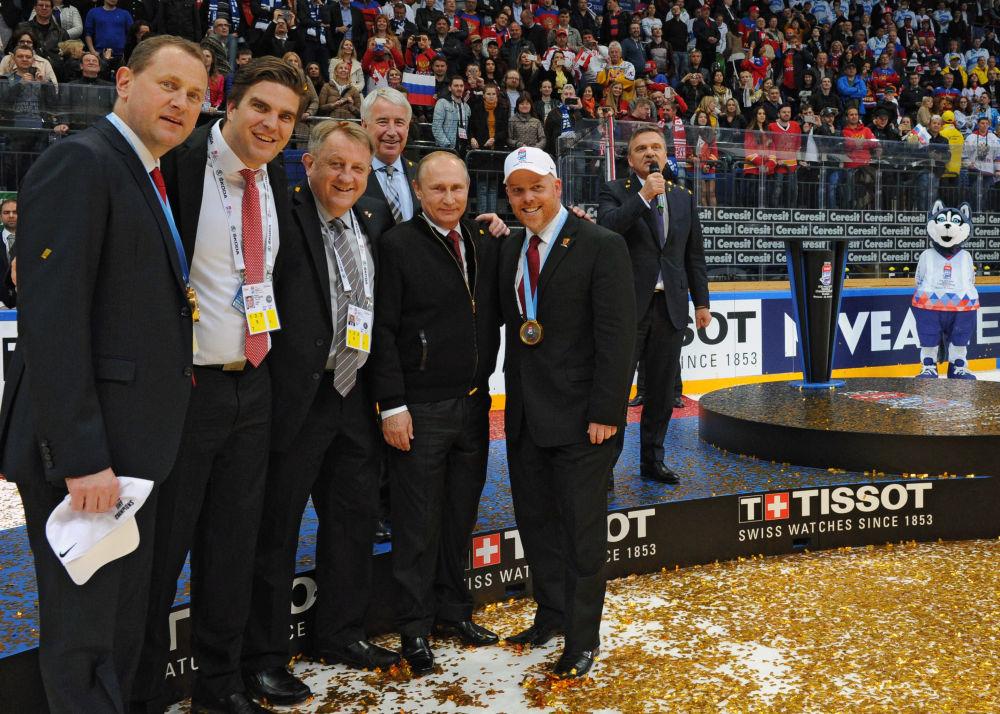 الرئيس الروسي فلاديمير بوتين يلتقط صورة جماعية خلال مراسم تتيويج بطولة لعبة الهوكي، حيث نال الفريق الروسي المرتبة الثالثة.