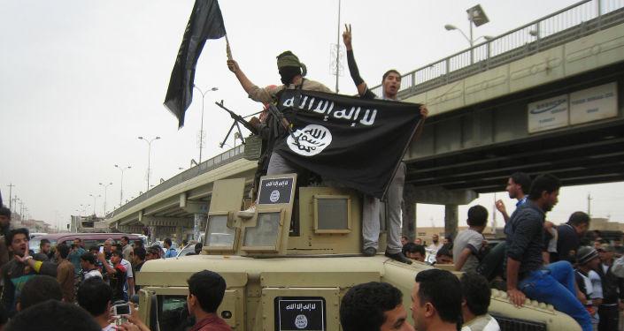 مسلحي داعش يحملون علم التنظيم
