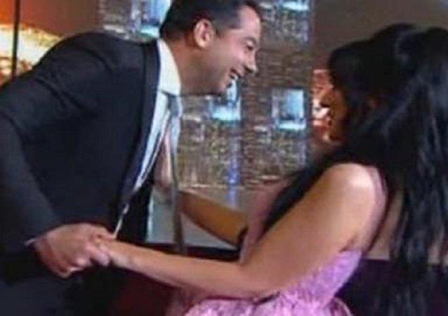 إعلامية كويتية ترفض تقبيل مذيع لبناني