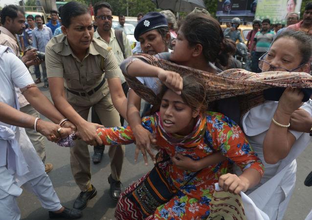 الشرطة الهندية تعتقل نشطاء مركز الوحدة الاجتماعية، وذلك أنهم يسدون الطريق خلال احتجاجهم ضد جماعة اغتصاب في كالكوتا، الهند 31 مايو/ آيار 2016.