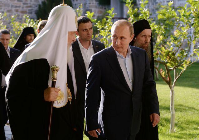 كيريل الأول أسقف الكنيسة الروسية الأرثوذكسية وبطريرك موسكو وعموم روسيا والرئيس فلاديمير بوتين خلال زيارتهما إلى اليونان.