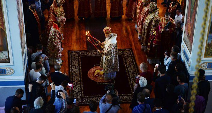 كيريل الأول أسقف الكنيسة الروسية الأرثوذكسية وبطريرك موسكو وعموم روسيا يقوم بتبخير كثدرائية القديس بانتليمون على جبل  آثوس في اليونان.