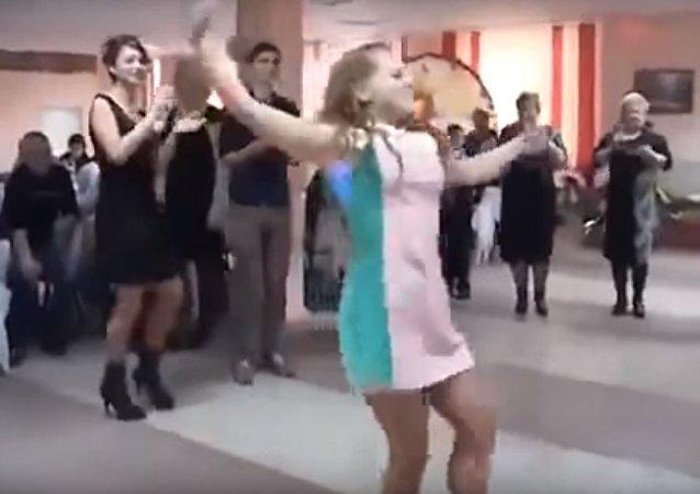 فتاة روسية ترقص