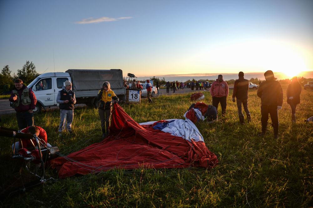 مشاركو اللقاء الدولي الـ 21 لركاب المنطاد يتحضرون للإقلاع في فيليكي لوكي