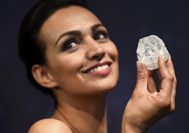 نموذج لأكبر ماس يبلغ حجمه 1109 قيراطاً، واسمه Lesedi La Rona. وهو أكبر حجر ماس خام تم العثور عليه منذ 100 عام، المزاد العاني بلندن، 14 يونيو/ حزيران 2016.