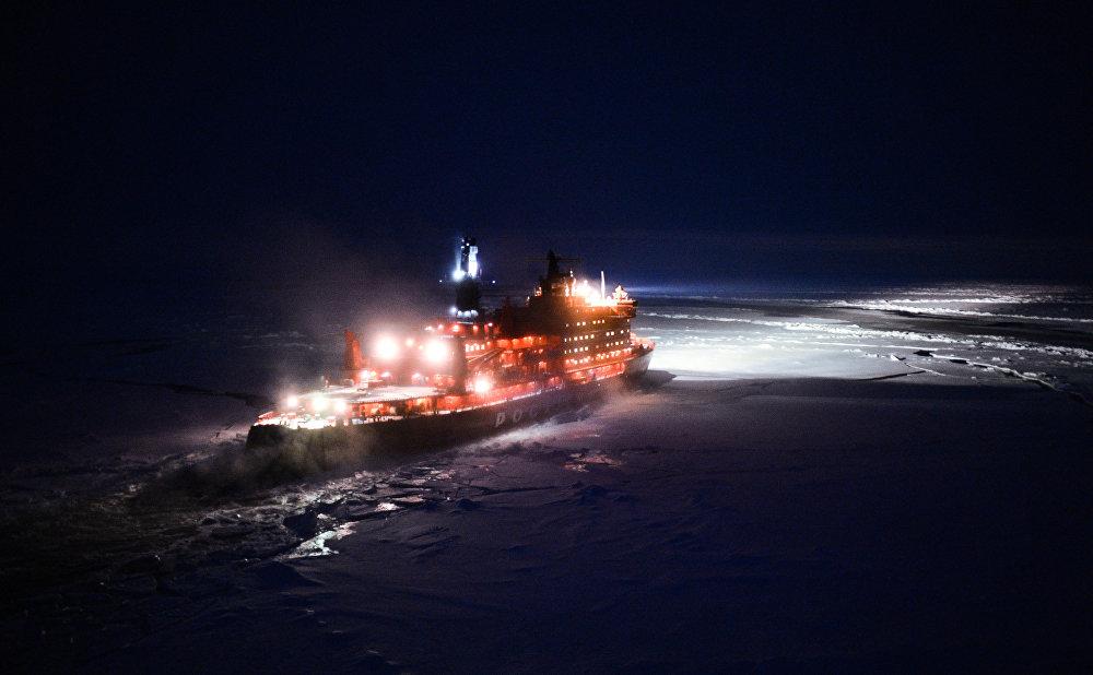 بعدسة تصوير المروحية - كاسحة الجليد النووية الروسية ليوت بوبيدي  تبحر باتجاه القطب الشمالي