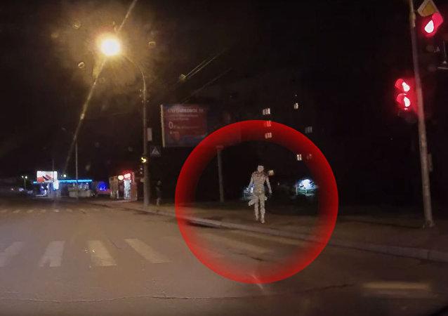 مومياء مصرية تعبر الشارع أمام سيارة في روسيا
