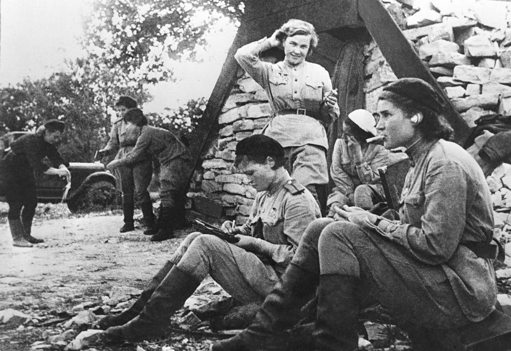 الطيارات الروسيات من كتيبة رقم 46 التابعة للقوات الجوية السوفيتية. من اليسار إلى اليمين، الحاصلات على وسان بطل الاتحاد السوفيتي - إيرينا سيبروفا، فيرا بيليك، ناديجدا بوبوفا.23 فبراير/ شباط 1945
