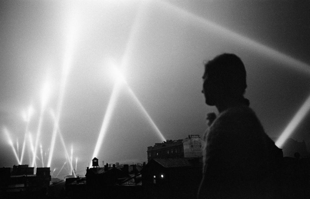 أشعة الكشافات الضوئية  التابعة لقوات الدفاع الجوي السوفيتي في سماء موسكو خلال الأيام الأولى من شهر يونيو/ حزيران لعام 1941.