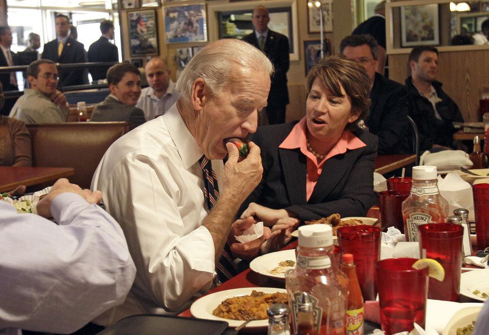 نائب الرئيس الأمريكي جو بايدن يأكل فراولة بالشوكولاتة، عام 2010