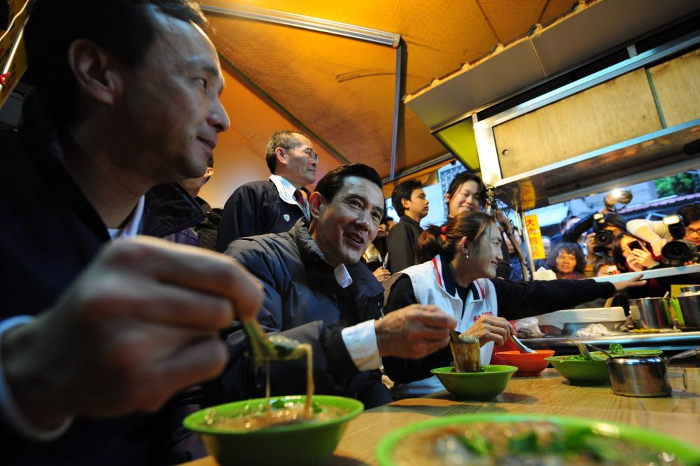 رئيس تايوان ما يينغ جيو في مطعم للمعكرونة، عام 2012