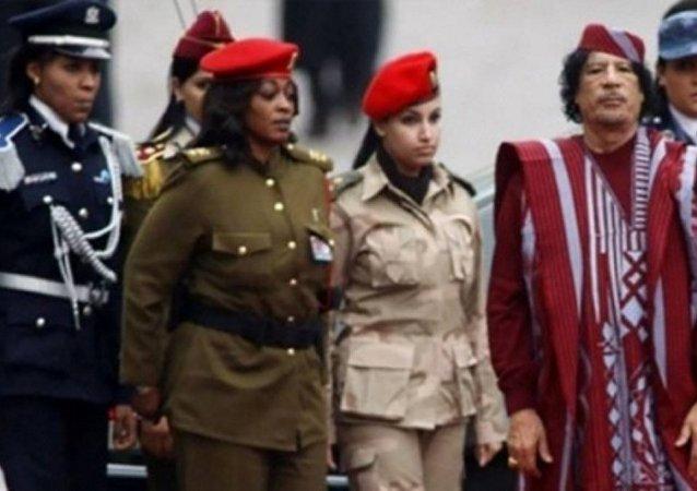 القذافي والمجندات