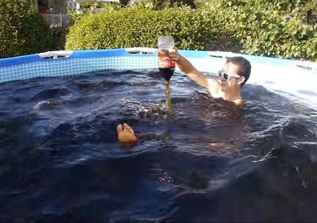شاب يستحم في 1500 غالون من المشروبات الغازية