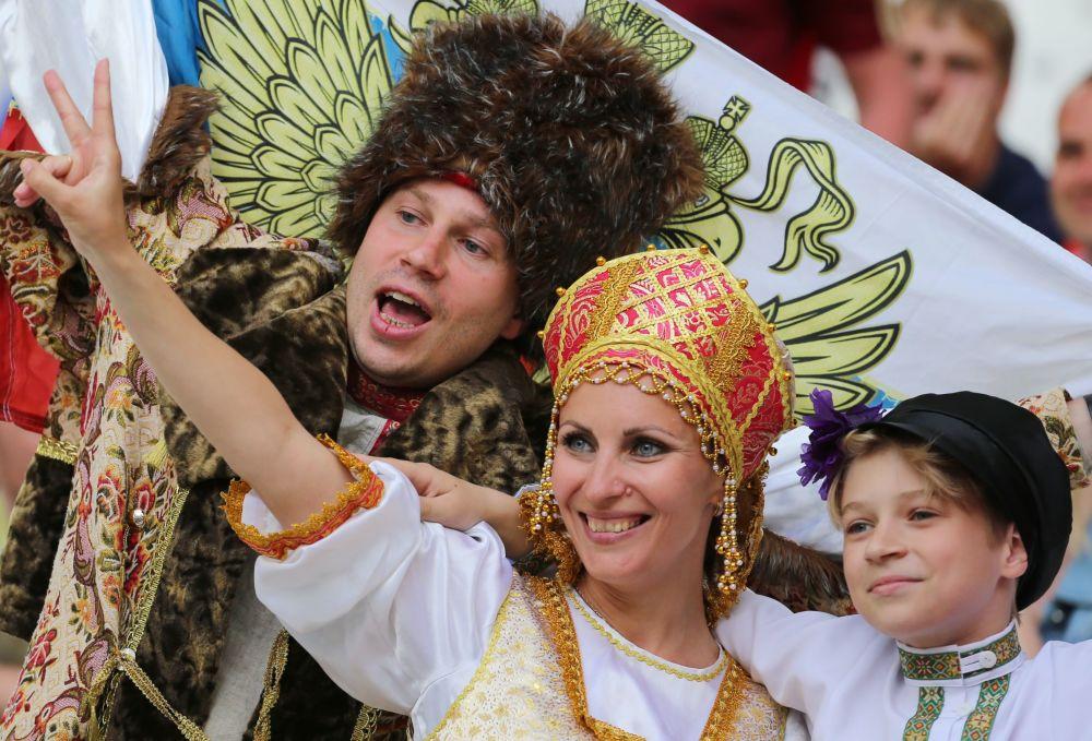 المشجعات الروسيات قبل مباراة منتخب بلادهم أمام انجلترا