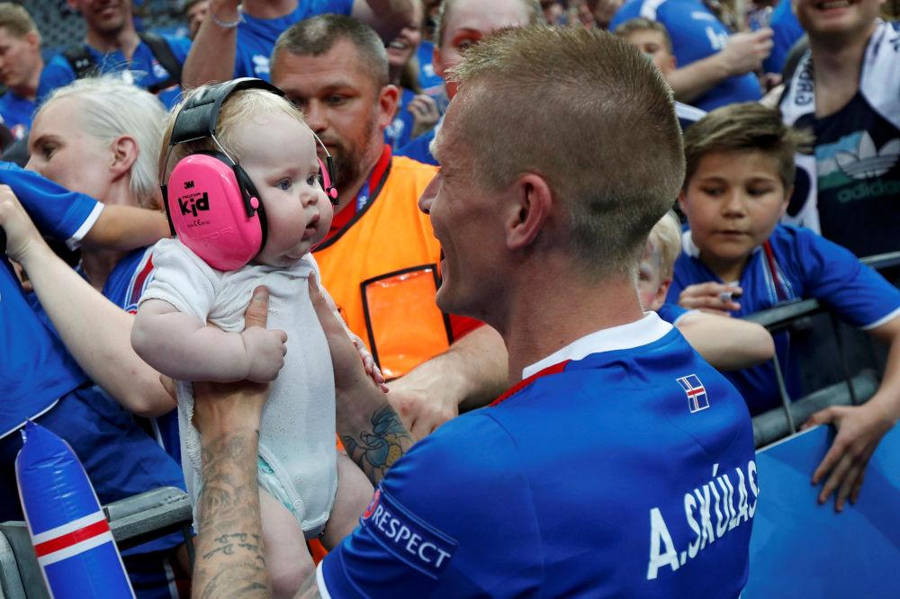 طفل يحتفل بفوز منتخب ايسلندا على نظيره النمساوي