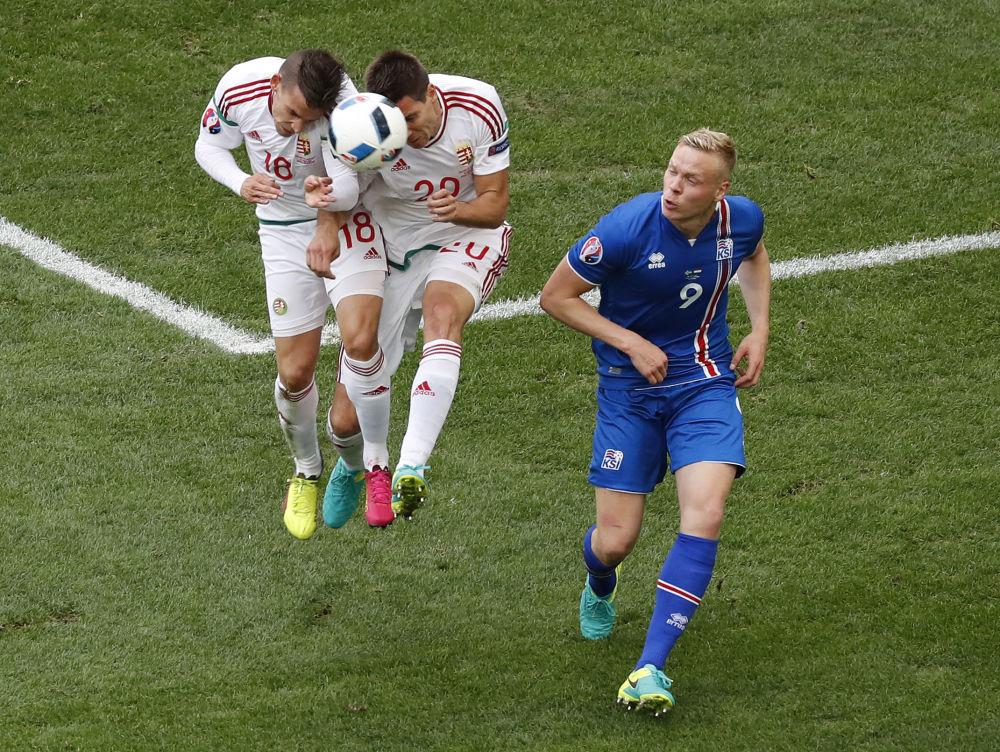 لقطة طريفة للاعبي المنتخب المجري في محاولة للاستحواذ على الكرة