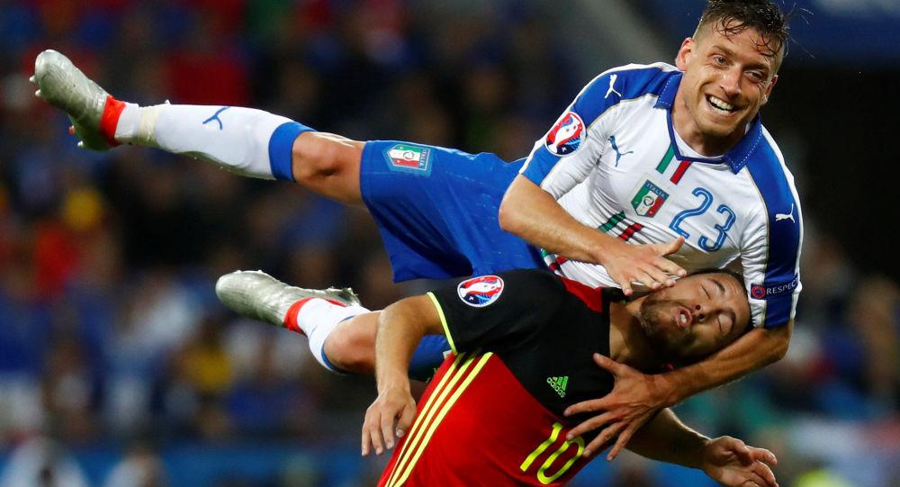 صراع على الكرة بين لاعبي منتخب إيطاليا وبلجيكا