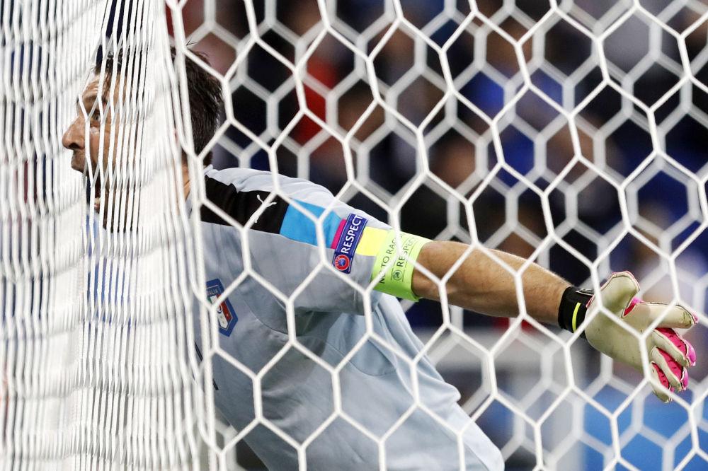حارس مرمى المنتخب الإيطالي بوفون في مباراة فريقه أمام بلجيكا