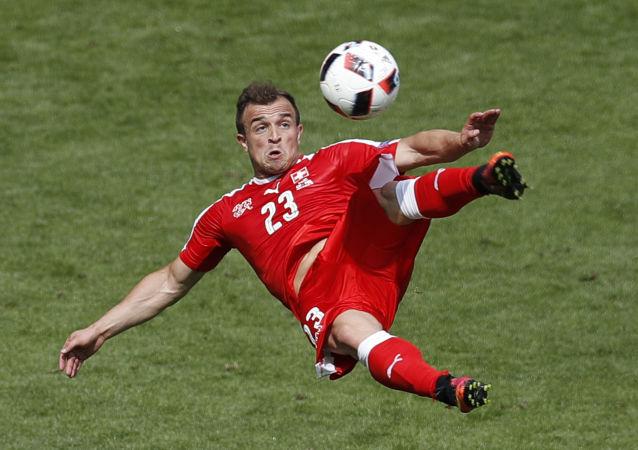 لحظة تسجيل لاعب المنتخب السويسري شاكيري هدف في مرمى بولندا