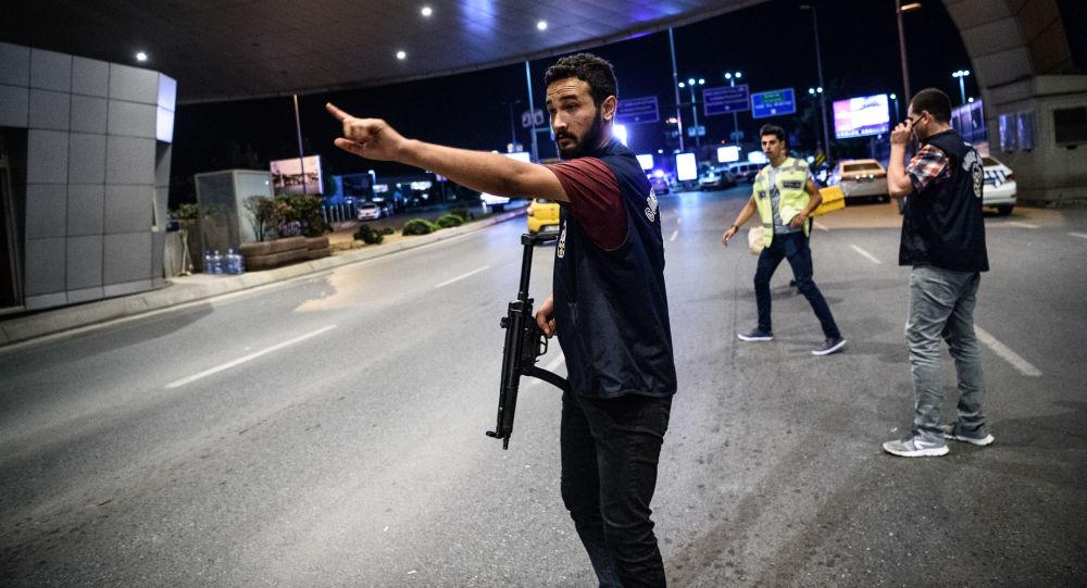 الشرطة التركية في موقع الانفجار بمطار أتاتورك