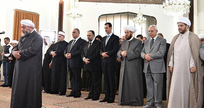 الأسد يؤدي صلاة العيد في حمص