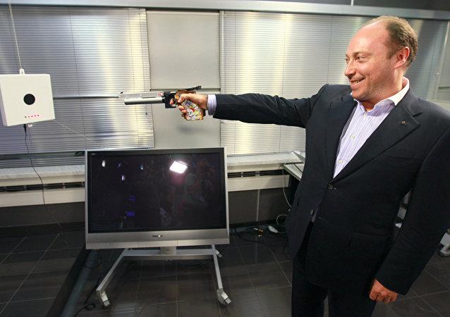رئيس الاتحاد الروسي للخماسي الحديث يعرض سلاح الليزر
