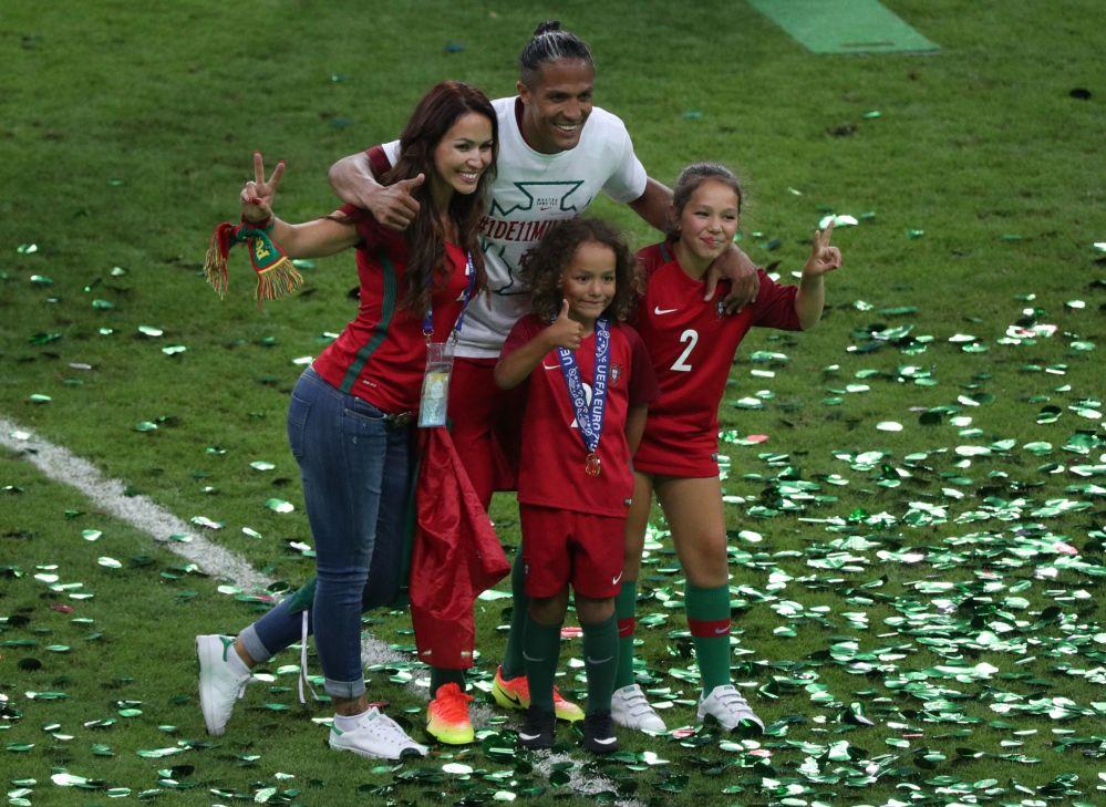 اللاعب البرتغالي برونو ألفيش خلال مراسم الاحتفال بالفوز بلقب بطل أوروبا يورو 2016