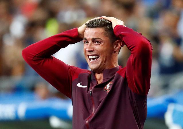 اللاعب البرتغالي كريستيانو رونالدو عندما سجل زميله إيدر الهدف الأول لفريقه البرتغالي في المبارة النهائية في يورو 2016