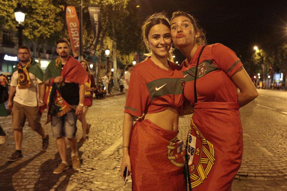 المشجعون البرتغاليون يحتفلون بفوز فريقهم في المبارة النهائية قرنسا-البرتغال (0-1) في يورو 2016