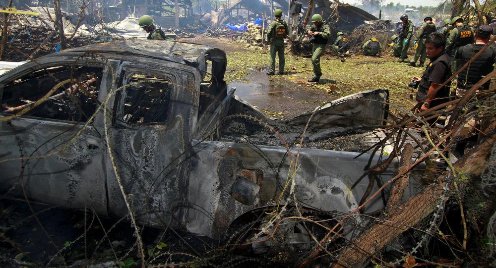 الشرطة التايلاندية لنزع الألغام في موقع انفجار قنبلة في مقاطعة باتاني، 5 يوليو\ تموز 2016
