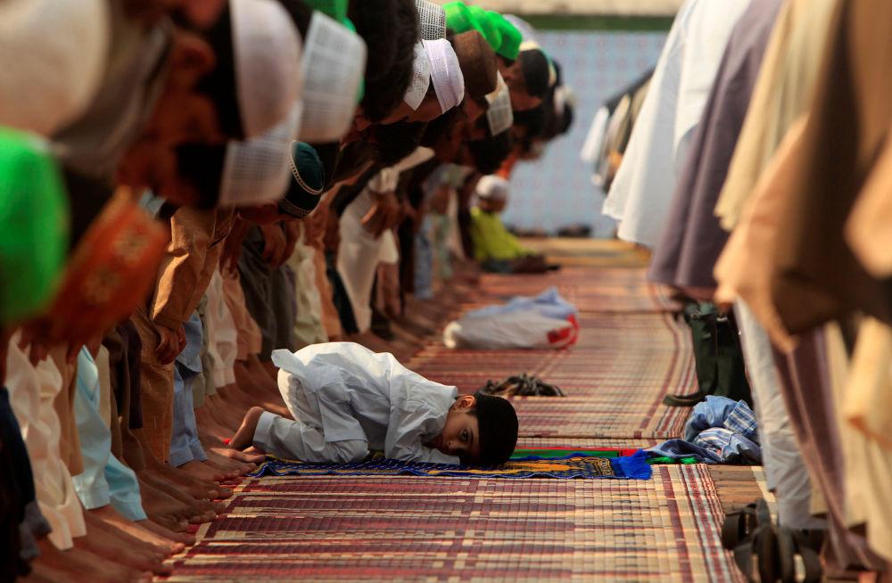 طفل صغير يحضر صلاة عيد الفطر بمسجد جاميا في باكستان، 6 يوليو\ تموز 2016