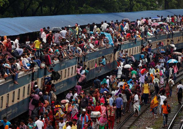 الناس يهاجمون القطار للرجوع إلى منازلهم بعد عيد الفطر في بنغلادش، 5 يوليو\ تموز 2016