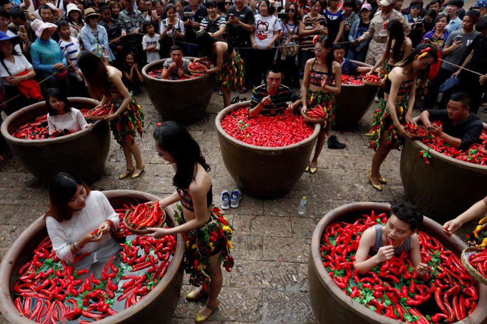 فعالية أكل الفلفل الأحمر في محافظة يانان بالصين، 2 يوليو\ تموز 2016