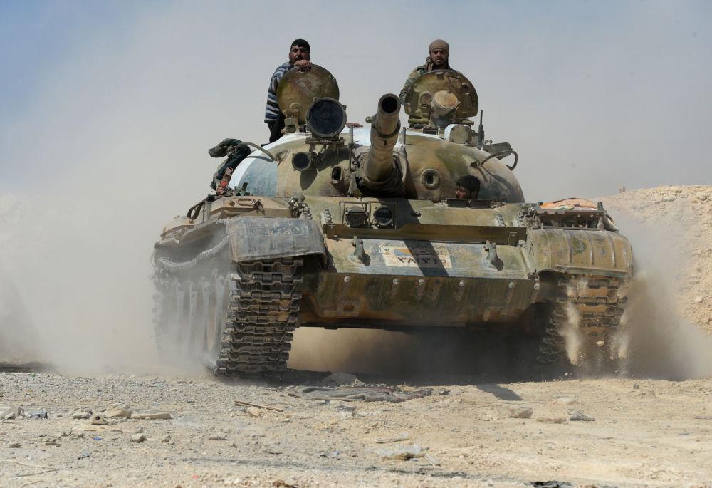 """الجيش السوري يشن هجوما مضادا لاستعادة مناطق سيطر عليها """"داعش"""""""