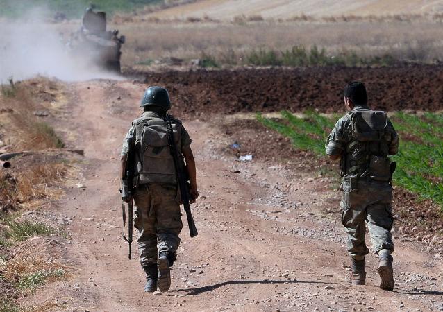 عسكريون أتراك على الحدود السورية التركية